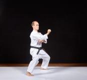 Sur une couverture blanche, un sportif forme un bras de poinçon Images libres de droits