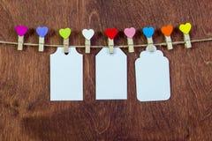 Sur une ficelle, pinces à linge sous forme de coeurs Valentine& x27 ; jour de s Photos libres de droits