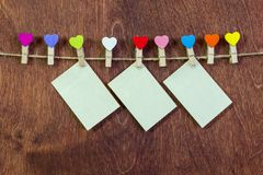 Sur une ficelle, pinces à linge sous forme de coeurs Valentine& x27 ; jour de s Image libre de droits