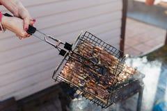 Sur une grille de gril morceaux de poulet frit Photos stock