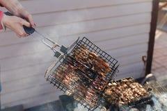 Sur une grille de gril morceaux de poulet frit Photo stock