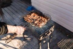 Sur une grille de gril morceaux de poulet frit Photos libres de droits