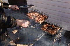 Sur une grille de gril morceaux de poulet frit Photographie stock