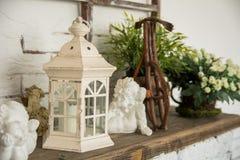 Sur une lampe de conseil en bois, ange en céramique Photographie stock