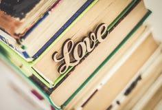 Sur une pile d'amour en bois de mot de vieux livres Photo libre de droits