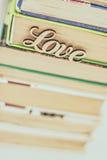 Sur une pile d'amour en bois de mot de vieux livres Images libres de droits