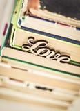 Sur une pile d'amour en bois de mot de vieux livres Image libre de droits