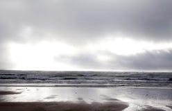 Sur une plage en Irlande un jour orageux Photos stock