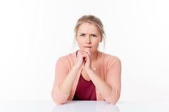 Sura ungt blont kvinnasammanträde och att uttrycka frustration och ilska arkivbilder