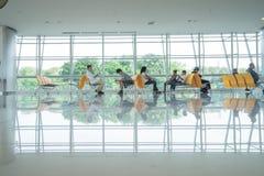 SURABAYA, INDONESIA - 22 de junio de 2016: Pasajero en salón como zona de espera en el teminal del aeropuerto imágenes de archivo libres de regalías