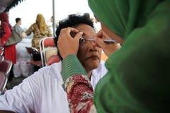 Surabaya indonesia, kan 21, 201surabaya indonesia, kan 21, 2014 en vård- arbetare är kontrollen patientens ögonhälsan fotografering för bildbyråer