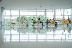 SURABAYA INDONESIEN - Juni 22, 2016: Passagerare i vardagsrum som väntande område på flygplatsteminalen royaltyfria bilder