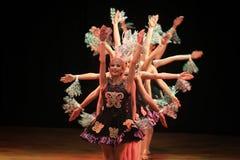 Surabaya Indonezja Lipiec 29, 2016 Baletniczy tana występ we współpracy z Dayak plemienia tradycyjnym tanem zdjęcie stock