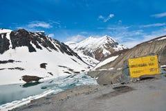 Suraj Taal Lake en BaralachaLa, Lahaul-Spiti, Himachal Pradesh la India fotos de archivo