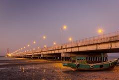Suramadu-Brücke und ein altes Boot Lizenzfreies Stockbild