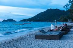 SURAT THANI, ТАИЛАНД - 29-ОЕ СЕНТЯБРЯ: Заход солнца на пляже на Ko Стоковое фото RF