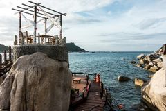 SURAT THANI, ТАИЛАНД - 28-ОЕ СЕНТЯБРЯ: Заход солнца на пляже на Ko Стоковая Фотография
