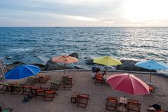 SURAT THANI, ТАИЛАНД - 28-ОЕ СЕНТЯБРЯ: Заход солнца на пляже на Ko Стоковые Изображения RF