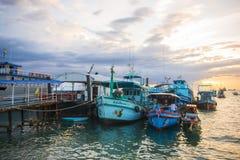 Surat Thani 15 juni 2016:: Thailändskt träfartyg för lopp på poren Royaltyfria Foton