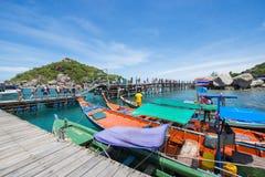 Surat Thani, o 15 de junho de 2016:: Barco de madeira tailandês para o curso no por Fotografia de Stock Royalty Free