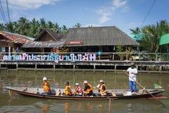 Surat Thani, Tailandia - 25 dicembre 2016: Il galleggiamento lascia alcuno fotografie stock