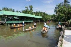 Surat Thani, Tailandia - 25 dicembre 2016: Il galleggiamento lascia alcuno Immagine Stock