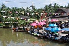 Surat Thani, Tailandia - 25 dicembre 2016: Il galleggiamento lascia alcuno Immagine Stock Libera da Diritti