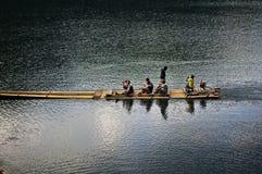 SURAT THANI, TAILANDIA - 6 GENNAIO: La gente tailandese naviga il crogiolo di coda lunga assistito per l'invio e la ricezione in  fotografie stock