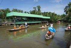 Surat Thani Tajlandia, Grudzień, - 25, 2016: Unosić się opuszcza niektóre obraz stock
