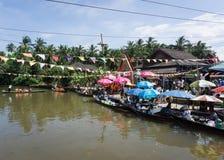 Surat Thani Tajlandia, Grudzień, - 25, 2016: Unosić się opuszcza niektóre Zdjęcia Stock