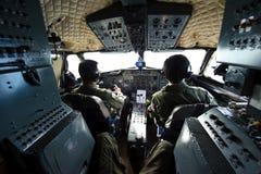 Surat Thani Thailand - Januari 12, 2011: Kunglig thailändsk flygvapengatuförsäljareSiddeley HS748 cockpit Royaltyfri Fotografi