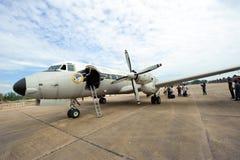 Surat Thani Thailand - Januari 12, 2011: Kunglig thailändsk flygvapengatuförsäljareSiddeley HS748 parkering på den Surat Thani in Royaltyfria Bilder