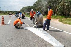SURATTHANI, ТАИЛАНД - 9-ое января: Команда гражданской работы работника дальше Стоковые Фото