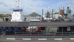 Suratthani, Tailândia - 2 de agosto de 2019: Cenário do porto de balsa de Seatran e dos barcos de passageiro com o céu azul nebul video estoque