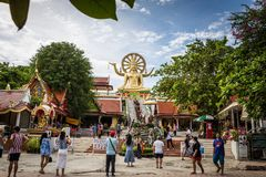Suratthani, Tailândia - 31 de dezembro: Visitantes ao imag da Buda imagens de stock
