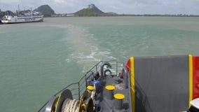 Suratthani, Tailandia - 2 de agosto de 2019: Visión desde el lado trasero del transbordador mientras que se va de Don Sak Seaport almacen de video