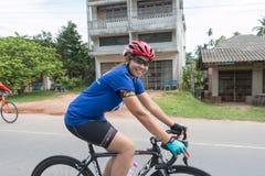 SURATTHANI, TAJLANDIA †'JUN 21: Rower turystyki kampania dla trav Zdjęcia Royalty Free