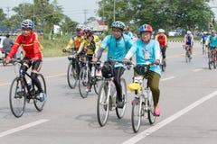 SURATTHANI, TAJLANDIA †'JUN 21: Rower turystyki kampania dla trav Obraz Stock