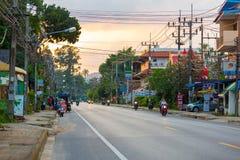 Suratthani Tajlandia, Listopad, - 30, 2018: Motocykliści jadą ar obrazy stock