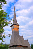Surdesti: iglesia de madera que levanta al cielo Foto de archivo