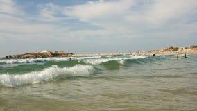Surf'in dans la baie de Baleal, Peniche, Portugal Photos libres de droits