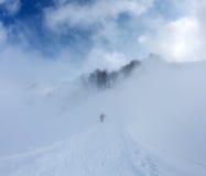 Surf des neiges dans le brouillard sur la pente de montagne Photo libre de droits