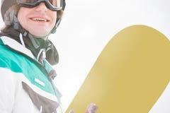 Surf des neiges de sourire de participation de jeune homme Images libres de droits