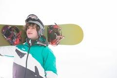 surf des neiges de transport de jeune homme contre le ciel clair Photos stock