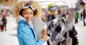 Surf des neiges mignon de participation de femme sur la pente de ski Photographie stock libre de droits
