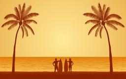 Surf di trasporto del surfista delle coppie della siluetta sulla spiaggia nell'ambito del fondo del cielo di tramonto nella proge Fotografia Stock