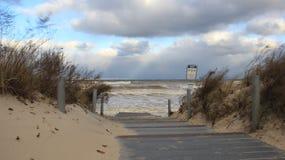 surf Onda forte na maneira dos Anos Novos à praia foto de stock