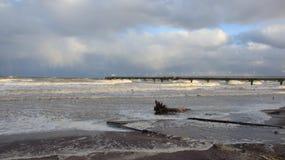 surf Onda forte nos Anos Novos e na ponte longa do mar foto de stock royalty free
