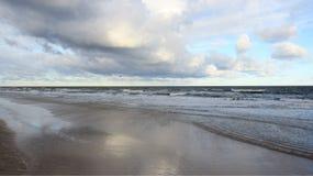 surf Vista do litoral Báltico com onda do mar e o céu nebuloso fotos de stock