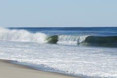Surf& x27; s para arriba: Onda de fractura que forma el barril Fotografía de archivo libre de regalías